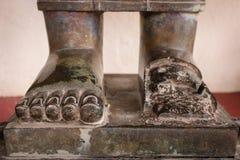 Negro de piedra de Buda del pie en el templo Imagenes de archivo