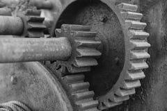 Negro del concepto de la colaboración de los engranajes y del trabajo en equipo, blanco fotografía de archivo