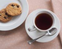 Negro del té con las galletas de las galletas Foto de archivo