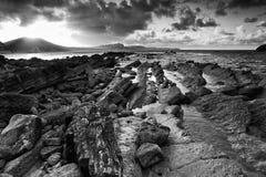 Negro jurásico a de Inglaterra de la costa de la bahía de Mupe del paisaje del océano de la salida del sol foto de archivo libre de regalías