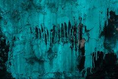 Negro pintado agrietado de la pared en estilo abstracto en fondo de la pintura de la turquesa Roca texturizada áspera Configuraci foto de archivo