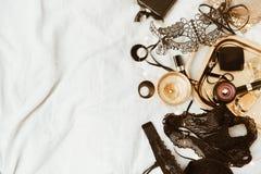 Negro y accesorios del ` s de la mujer del oro en la bandeja del oro Fotografía de archivo libre de regalías
