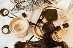 Negro y accesorios del ` s de la mujer del oro en la bandeja del oro Imagenes de archivo