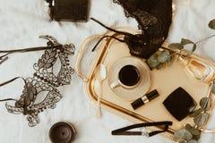 Negro y accesorios femeninos del oro en la bandeja Endecha plana, visión superior Imagen de archivo