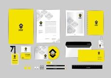 Negro y amarillo con la plantilla de la identidad corporativa del triángulo para su negocio Fotos de archivo