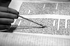 Negro y blanco de la lectura de Torah Imagen de archivo