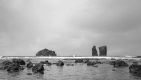 Negro y blanco de la playa volcánica de Mosteiros en el sao Miguel imagenes de archivo