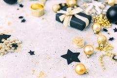 Negro y decoraciones de la Navidad del oro Imágenes de archivo libres de regalías