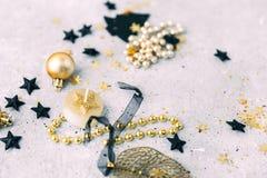 Negro y decoraciones de la Navidad del oro Fotos de archivo libres de regalías