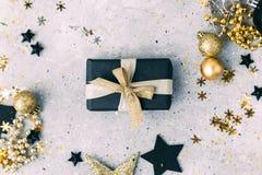 Negro y decoraciones de la Navidad del oro con la caja de regalo Fotografía de archivo
