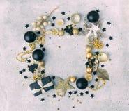 Negro y decoraciones de la Navidad del oro con el regalo Fotografía de archivo libre de regalías