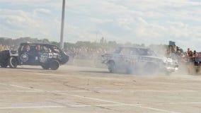 Negro y Grey Smashed Cars Drive alrededor del diagrama sucio almacen de metraje de vídeo