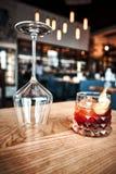 Negroni-Cocktail auf dunklem Holztisch Stockbild