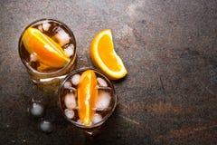 Negroni-Cocktail im Glas auf Dunkelheit lizenzfreie stockfotografie