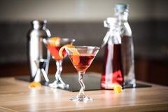 Negroni-Cocktails und mischende Versorgungen Lizenzfreie Stockbilder