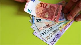 Nehmen aller Eurobanknoten stock video footage