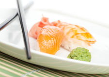 Nehmen der Sushi von der Platte Stockbilder