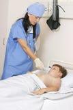 Nehmen der Temperatur eines Kindes lizenzfreies stockbild