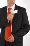 Nehmen der Visitenkarte von der Tasche Lizenzfreie Stockfotografie