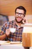 Nehmen der Zeit für Kaffeepause Stockfotografie