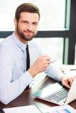 Nehmen der Zeit für Kaffeepause Lizenzfreie Stockfotografie