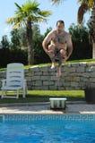 Nehmen des Bades auf einem Swimmingpool Stockbild