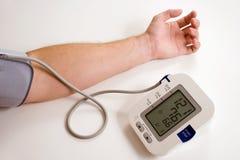 Nehmen des Blutdruckes Stockbild