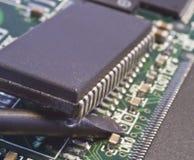 Nehmen des Chips von der Leiterplatte durch Kraft stockbild
