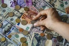 Nehmen einer Münze Lizenzfreies Stockfoto