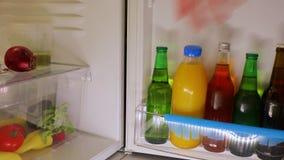 Nehmen eines Bieres vom Kühlschrank stock video footage
