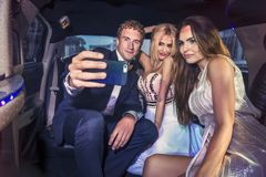 Nehmen eines selfie auf der Rückseite einer Limousine Lizenzfreies Stockbild