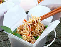 Nehmen Sie chinesische Nudeln heraus Stockbild