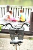 Nehmen Sie das Fahrrad, um sich zu klären wünschen geben Hintergrund-Person bei Stockbild