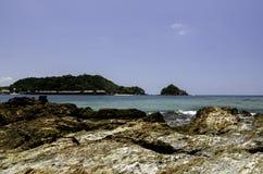 Nehmen Sie in der Insel mit Hintergrund des blauen Himmels und klarem Wasser am sonnigen Tag Zuflucht Stockbilder