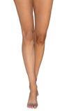 Nehmen Sie die barfuß gebräunten weiblichen Beine ab, die auf Zehen stehen Lizenzfreies Stockfoto