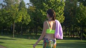Nehmen Sie die geeignete Frau ab, die entlang Park geht, nachdem Sie gerüttelt haben stock footage