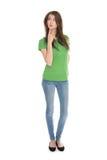 Nehmen Sie die junge Frau ab, die grünes Hemd und Blue Jeans im vollen Körper trägt Stockfotos