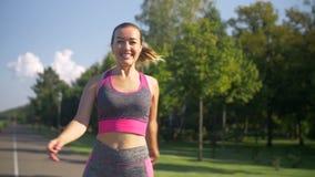 Nehmen Sie die sportliche Frau ab, die in Park geht, nachdem Sie gerüttelt haben stock video