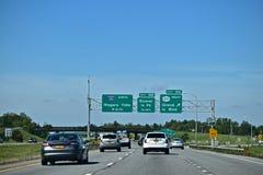 Nehmen Sie die Zeichen heraus, die auf einem zwischenstaatlichen New York gesehen werden Stockfoto