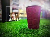 Nehmen Sie einen Bruchtext mit einem Tasse Kaffee lizenzfreie stockfotografie