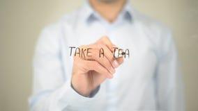 Nehmen Sie einen Tee, Mann-Schreiben auf transparentem Schirm Stockfotografie