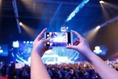 Nehmen Sie Fotomenge vor Konzertstadium Stockfotografie