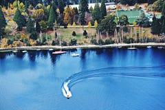Nehmen Sie nahe einem See in Queenstown, Neuseeland Zuflucht lizenzfreie stockfotografie