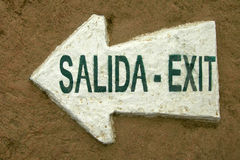 Nehmen Sie Salida-Signal-Zeichen-Pfeil-Zweisprachigen heraus Stockbilder