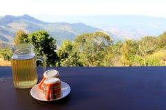 Nehmen Sie Teezeit mit Ansichtberg und -natur Stockfotografie
