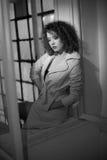 Nehmen Sie tragenden weißen Mantel des jungen Mode-Modells im Fensterrahmen ab Reizende sexy moderne Frau mit dem hellbraunen gel Stockfotos