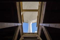 Nehmen Sie zu einem Dach auf einer hölzernen Leiter am sonnigen Tag heraus stockfoto