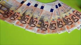 Nehmen von Bargeldeurobanknoten stock video