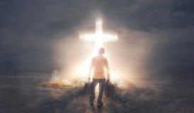 Nehmen von Dunkelheit zum Kreuz stockbild