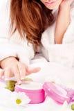 Nehmen von Haut creame Lizenzfreies Stockfoto